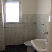 3 rooms with fitted kitchen, bathroom and toilet with pool access window