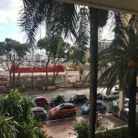 Très grands volumes à rénover vue port avec 2 emplacements parkings