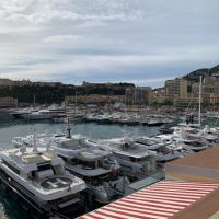 Joli bureau sur le port de Monaco