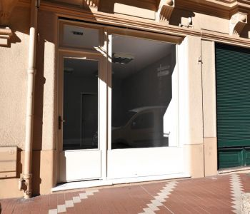 Short term lease with shop window close to shops