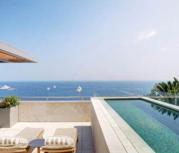 Attico sublime con piscina privata e vista panoramica sul mare.