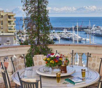 Prestigious villa overlooking the Port