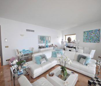 Superb 2 bedroom flat, panoramic sea views.
